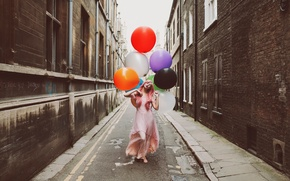 Обои шарики, улица, девушка, город