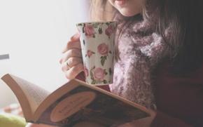 Картинка девушка, цветы, фон, обои, узор, настроения, рисунок, брюнетка, кружка, книга, цветочки, книжка, страницы, wallpapers, чтение, ...