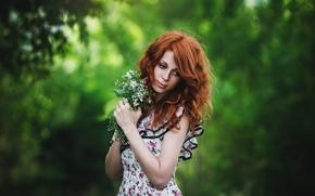 Картинка цветы, букет, рыжая, природа, задумалась, боке, стоит, девушка, зелень, настроение, лес, платье