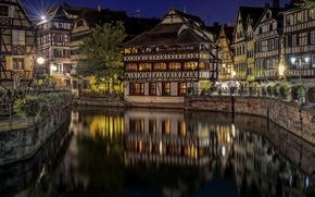Картинка цветы, отражение, Франция, здания, канал, ночной город, Страсбург, France, Strasbourg, набережные, Квартал Маленькая Франция, Petite …