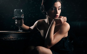 Картинка девушка, мечты, макияж, бокал вина