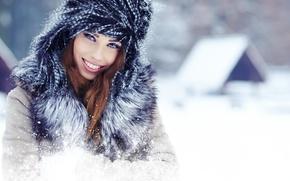 Картинка зима, взгляд, девушка, снег, радость, улыбка, дом, шапка, воротник, шатенка