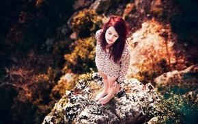 Картинка девушка, солнце, природа, скала, высота, рыжеволосая, Lorène