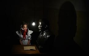 Картинка девушка, школьница, Ленин, бюст, юная, тёмная комната, аудиенция, пионерка