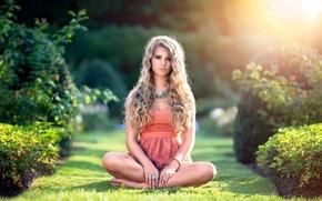 Картинка лето, трава, взгляд, девушка, портрет, красота, платье, красавица, кудри, солнечный свет