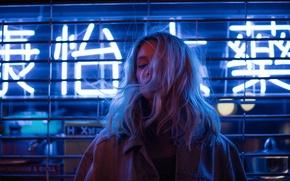 Картинка девушка, ночь, лицо, фон, ветер, волосы, цвет, джинсы, реклама