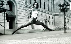 Обои шорты, танец, девушка, прыжок, город