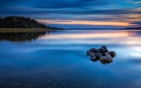Картинка камни, гладь, отражение, природа, деревья, берег, синева, вечер, вода, Норвегия, облака, небо, река, лес, закат