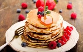 Обои блинчики, тарелка, черника, блины, малина, ягоды, еда, оладьи, мед, смородина
