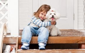 Картинка зима, радость, улыбка, ребенок, собака, объятия, лестница, друзья, beautiful, winter, child, Dogs, маленькая девочка, Jeans, ...