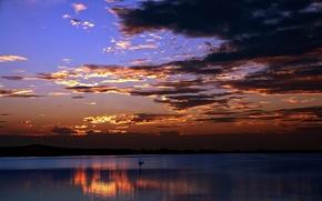 Картинка небо, вода, закат, тучи, отражение, лодка, вечер, парус