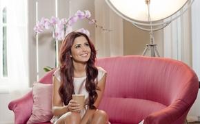 Картинка диван, взгляд, шерил коул, улыбка, Cheryl Cole, певица, розовый, орхидеи, стаканчик