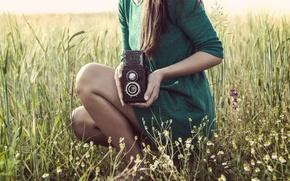 Картинка зелень, поле, трава, девушка, фон, widescreen, обои, ноги, настроения, камера, платье, брюнетка, луг, фотоаппарат, wallpaper, …