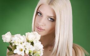 Картинка девушка, цветы, зеленый, фон, букет, макияж, прическа, блондинка, белые, фрезия