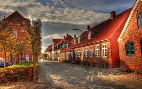 Картинка осень, облака, улица, здания, дома, утро, брусчатка, Европа, домики, мостовая, улочка, проулок