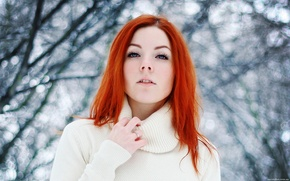 Картинка зима, глаза, взгляд, снег, деревья, природа, лицо, Девушка, руки, Girl, губы, рыжая, красивая, trees, nature, ...
