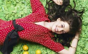 Картинка девушка, улыбка, лимон, платье, актриса, Anne Hathaway, Энн Хэтэуэй