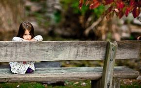 Обои девочка, взгляд, парк, дети, скамейка, улыбка, сидения, дерево, скамейки, доски, улыбки, настроение, smile, лес, девочки
