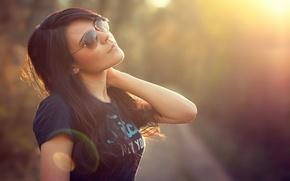 Картинка солнце, поза, волосы, майка, брюнетка, очки, блик