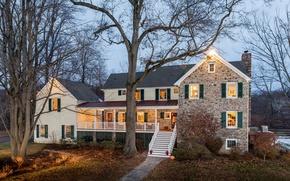 Картинка осень, лес, листья, снег, деревья, огни, дом, забор, вечер, лестница, дорожка, особняк, кусты, участок