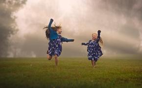 Картинка поле, дети, туман, девочки, бег