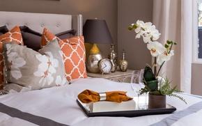 Обои салфетка, подушки, часы, орхидея, кровать, лампа, поднос