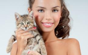 Картинка девушка, улыбка, фон, макияж, брюнетка, прическа, котёнок, симпатичная, держит, в руках