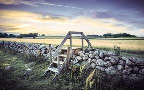 Картинка поле, небо, облака, деревья, камни, ограждение, лестница, Швеция, Sweden, деревянная