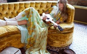 Картинка поза, стена, модель, гитара, кирпич, шляпа, платье, прическа, фотограф, пол, лежит, певица, Taylor Swift, сапожки, ...