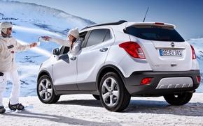 Картинка белый, девушка, снег, джип, Опель, Opel, парень, вид сзади, кроссовер, Мокка, Mokka
