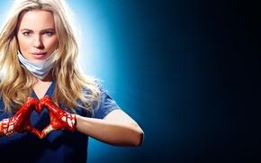 Картинка девушка, фон, кровь, руки, блондинка, перчатки, повязка, сериал, жест, Heartbeat, TV Series, Melissa George, Alex …