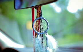 Картинка машина, перья, окно, салон, ловец снов