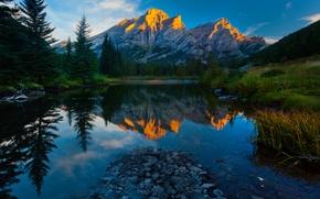 Картинка лес, небо, облака, деревья, закат, горы, природа, озеро, отражение, камни, ель, вечер, Alberta, канада, Kananaskis