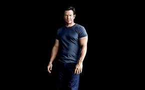 Картинка джинсы, футболка, фотограф, актер, черный фон, журнал, Марк Уолберг, Mark Wahlberg, Patrik Giardino, Mens Health