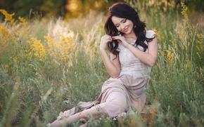 Картинка Ангелина Петрова, улыбка, босоножки, серьги, beauty, брюнетка, красивая, девушка, зубы, украинка, кольцо, трава, степь, платье