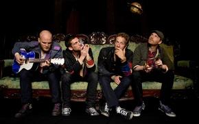 Обои диван, Крис Мартин, Джонни Баклэнд, Гай Берримен, Уилл Чемпион, группа, coldplay, гитара