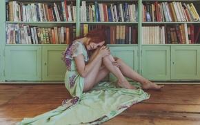 Картинка девушка, лицо, комната, книги, платье, ножки