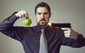 Обои яблоко, выстрел, мужчина, ситуация, пистолет