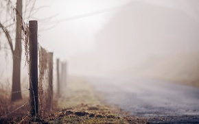 Картинка дорога, туман, забор