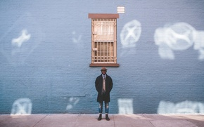 Картинка стена, джинсы, шляпа, сапоги, окно, губы, мужчина, пальто, прямой взгляд