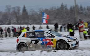 Картинка Зима, Авто, Белый, Снег, Спорт, Volkswagen, Машина, Люди, Red Bull, WRC, Rally, Ралли, Вид сбоку, …