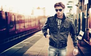 Картинка макро, очки, куртка, Вокзал, мужчина