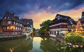 Картинка цветы, мост, отражение, Франция, здания, канал, Страсбург, France, Strasbourg, набережные, Квартал Маленькая Франция, Petite France, ...