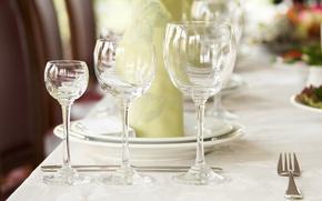 Картинка стол, бокалы, нож, тарелки, вилка, салфетка, сервировка