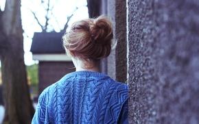 Картинка девушка, фон, стена, дерево, голубой, обои, настроения, волосы, пучок, кофта, wallpapers, свитер, вязаная