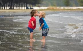 Обои девочка, море, поцелуй, настроение, мальчик