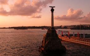 Картинка вода, облака, закат, город, вечер, герой, Россия, набережная, Чёрное море, Севастополь, памятник затопленным кораблям