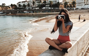 Картинка пляж, поза, актриса, фотоаппарат, сидит, фотографирует, Vanessa Hudgens, Ванесса Хадженс