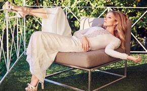 Обои поза, фото, модель, макияж, сад, платье, актриса, прическа, блондинка, туфли, лежит, в белом, фотосессия, в ...