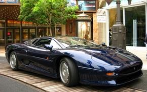 Обои спортивная, xj 220, улица, дома ., дерево, машина, jaguar, синий